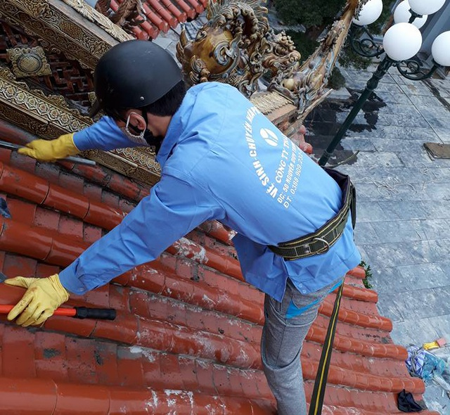 Không chỉ nhận dọn nhà cửa, công sở, các công ty còn nhận rửa dọn các nhà thờ họ. Công việc này đòi hỏi sự tỉ mỉ và kỳ công hơn việc dọn dẹp thông thường.