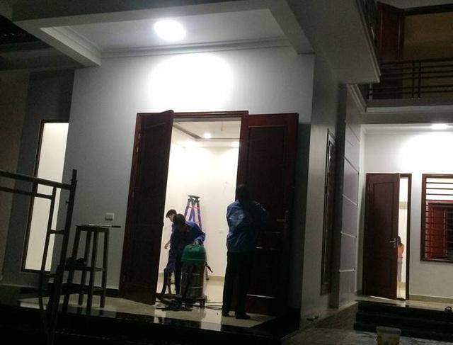 Các công nhân phải làm đêm để kịp bàn giao nhà cho khách sửa soạn đón Tết.
