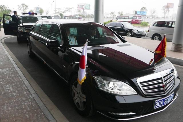 Xe chở Nhà vua và Hoàng hậu tại sảnh nhà khách VIP của sân bay Nội Bài, chuẩn bị về trung tâm Hà Nội.