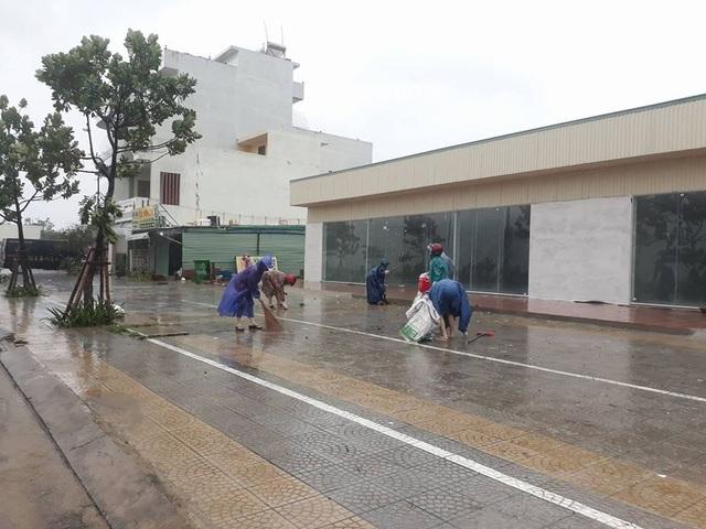 Sáng 5/11, hưởng ứng thư kêu gọi của Chủ tịch UBND TP Đà Nẵng Huỳnh Đức Thơ, người dân đã ra đường dọn vệ sinh, khắc phục mưa bão để đón APEC