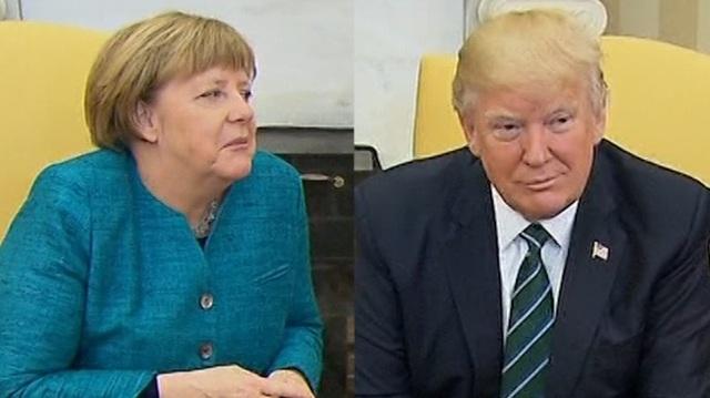 Tổng thống Mỹ Donald Trump (phải) đã không đáp lại đề nghị bắt tay của Thủ tướng Đức Angela Merkel trong cuộc hội đàm đầu tiên hôm 17/3 tại Nhà Trắng. (Ảnh: Getty)