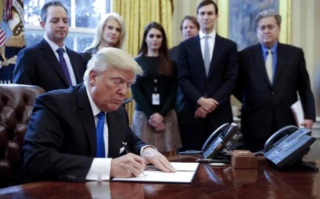 Tổng thống Mỹ Donald Trump ký ban hành sắc lệnh hạn chế nhập cư hôm 27/1. (Ảnh: AFP)