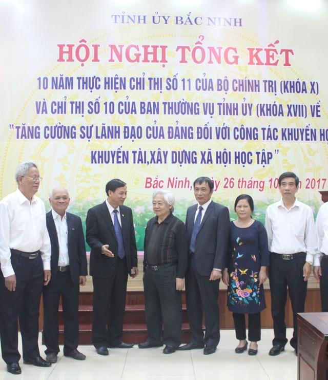 GS.TS Phạm Tất Dong, Phó Chủ tịch, kiêm Tổng Thư ký Trung ương Hội Khuyến học Việt Nam trao đổi với lãnh đạo tỉnh Bắc Ninh và các đại biểu dự hội nghị