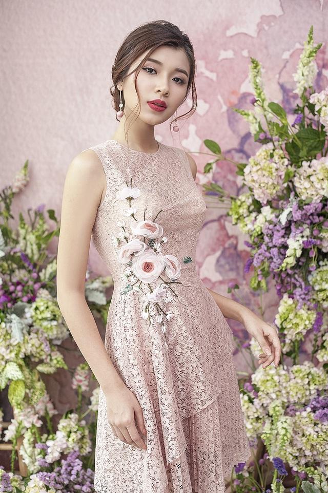 Đồng Ánh Quỳnh như bước ra từ khu vườn hoa nhiệt đới với thiết kế cổ điển kết hợp hoạ tiết hoa trải dài từ cầu vai đến chân áo.