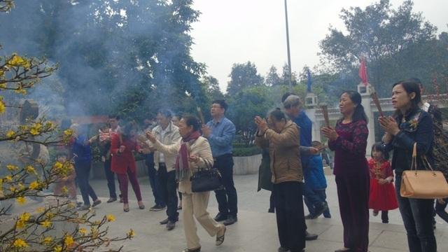 Năm nào cũng vậy, lượng du khách đổ về Khu di tích Ngã ba Đồng Lộc rất đông