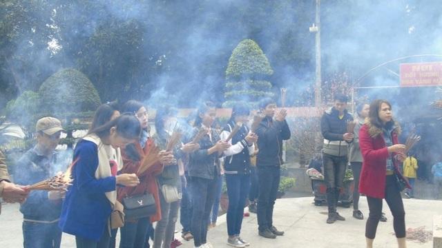 Hàng ngàn lượt khách đổ về Khu di tích Ngã ba Đồng Lộc - 2