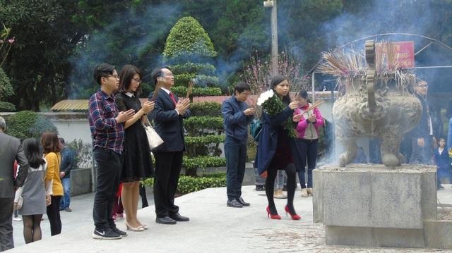 Từ mồng 1 Tết nhiều người dân đã đến đây để thắp hương tưởng nhớ các anh hùng liệt sỹ