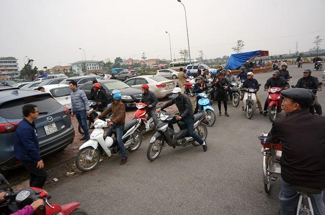 Lực lượng xe ôm chờ bên ngoài bãi xe