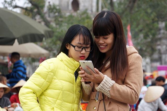 Nhiều bạn trẻ thích thú khi được đến thăm khu di tịch lịch sử đền Trần - Chùa Tháp