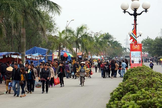 Càng về chiều, lượng du khách đổ về đền Trần ngày càng tăng đột biến