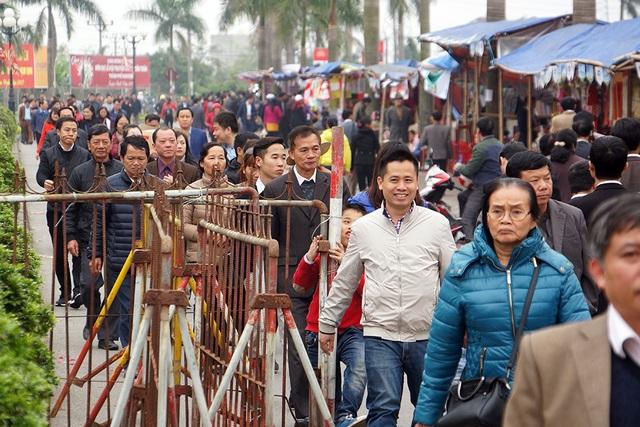 Bắt đầu từ 14h chiều, dòng người bắt đầu đổ về đền Trần