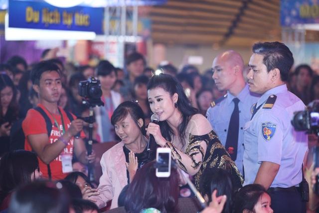 Đông Nhi vừa biểu diễn vừa dành thời gian giao lưu cùng khán giả hâm mộ.