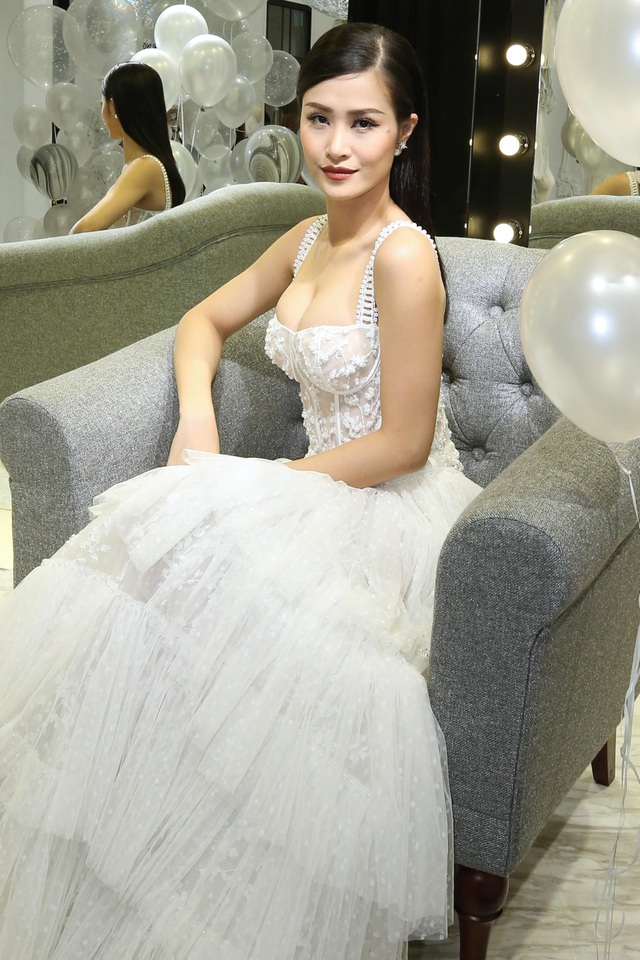 """Đông Nhi luôn biết cách làm mới mình trong những lần xuất hiện. Với sự kiện lần này, cô chọn một chiếc váy trắng dài như một cô công chúa xinh đẹp. Lối trang điểm nhẹ nhàng nhưng ấn tượng đã giúp nữ ca sĩ """"Sau mỗi giấc mơ"""" nổi bật không kém những chân dài khác."""