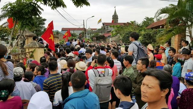 Rất đông người dân quây kín xung quanh nhà văn hóa.