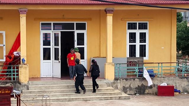 Thượng tá Phạm Văn Trung - Phó Trung đoàn trưởng Trung đoàn Cảnh sát cơ động - nắm tay Bí thư Đảng ủy xã Đồng Tâm Nguyễn Thị Lan vào thăm, động viên các chiến sĩ công an đang bị giữ.