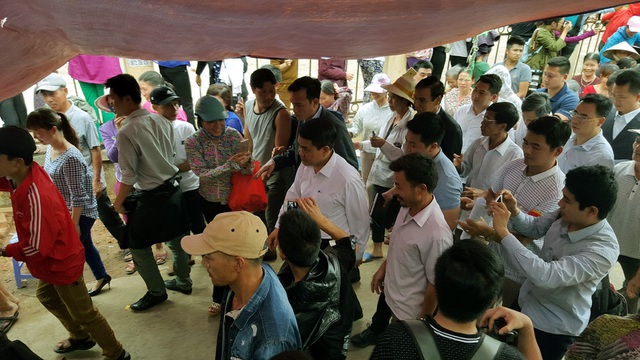 Chủ tịch Nguyễn Đức Chung rời Nhà văn hóa trong tiếng hò reo, vỗ tay của người dân. Trước khi ra về, đoàn công tác còn ra thăm đồng Sênh, nơi khởi nguồn của những mâu thuẫn giữa người dân và chính quyền nơi đây.