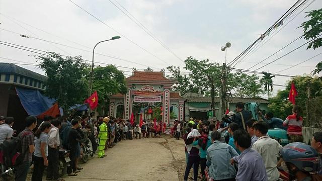 Ngay sau đó, cổng làng được chốt chặn, không ai có thể ra vào. Lực lượng Cảnh sát giao thông được tăng cường.