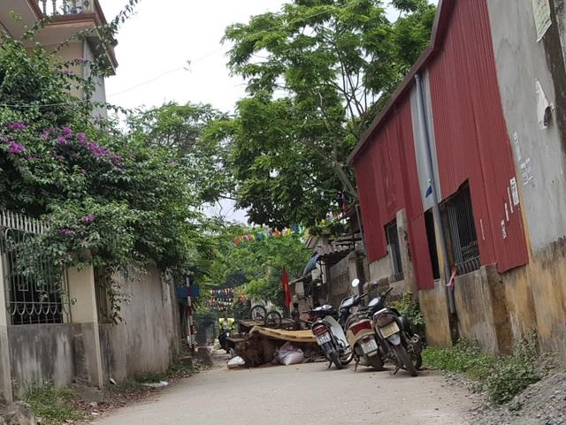 Một trong những lối vào thôn Hoành, xã Đồng Tâm bị hạn chế bằng chướng ngại vật (Ảnh chụp sáng 17/4)