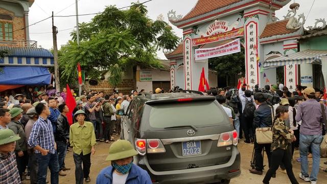 Tại cổng làng Hoành, người dân lập chốt chặn, chỉ cho đoàn công tác, các phóng viên báo chí vào bên trong.