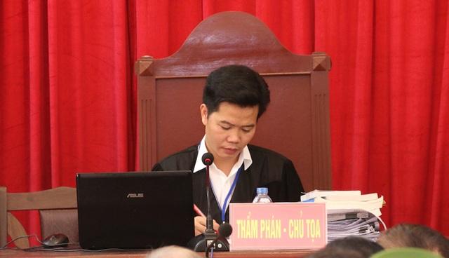 Trước đề nghị của luật sư và ý kiến của đại diện Viện kiểm sát, Chủ tọa thay mặt HĐXX quyết định cho tiếp tục phiên tòa