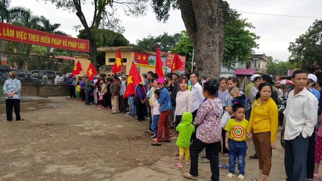 Người dân đứng chật kín trước cổng UBND xã Đồng Tâm.