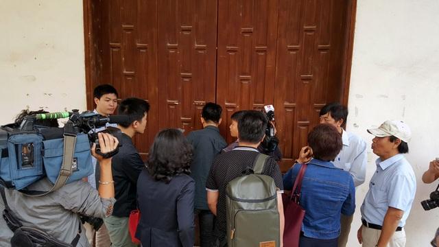 Các phóng viên cũng không được vào hội trường.