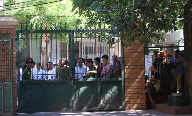Nhiều người dân đứng bên ngoài phiên tòa