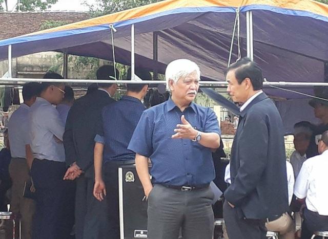 Đại biểu Dương Trung Quốc trao đổi với lãnh đạo Hà Nội trước thời điểm người dân Đồng Tâm thả 19 cảnh sát cơ động (Ảnh: Nguyễn Dương)