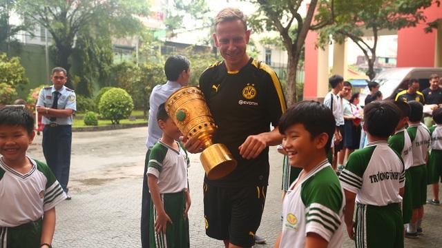 Cựu danh thủ Joerg Heinrich mang cúp quốc gia Đức của Borussia Dortmund đến giao lưu tại Việt Nam