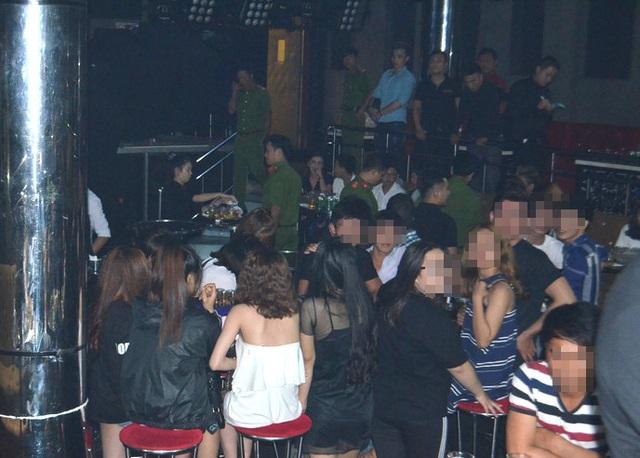 """Hơn 100 cảnh sát """"đột kích"""" Club ở Sài Gòn, dân chơi nhốn nháo - 1"""