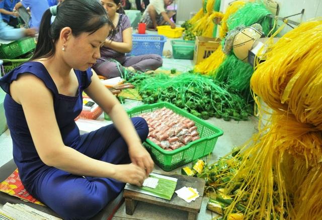 Bên trong một cơ sở làm nem Lai Vung nổi tiếng nhất miền Tây. Ảnh: Nguyễn Hành