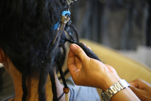Cận cảnh quá trình đánh rối và bện tóc thành lọn dreadlocks