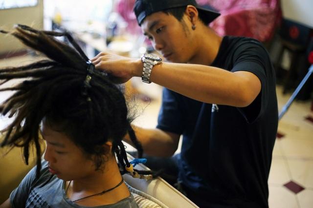 Ngày càng có nhiều bạn trẻ biết đến, yêu thích và muốn sở hữu mái tóc dreadlocks, trong đó có nhiều người nổi tiếng như VJ Hoàng Phi, diễn viên Ngọc Trai.