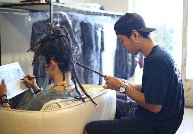 Do chưa tìm được những người cộng sự tin tưởng để giảm bớt khối lượng công việc, nên Leo vẫn là người trực tiếp chăm sóc những mái tóc dreadlocks cho khách hàng. Người thợ 9x đặt ra nguyên tắc: không ép mình phải làm nhanh, không nhận quá nhiều khách trong một ngày để đảm bảo chất lượng.