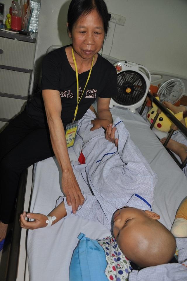 Bản thân chị Thấm bị ung thư vòm họng đã di căn nhưng đang phải chăm con trai bị ung thư máu tại Viện huyết học truyền máu TW.