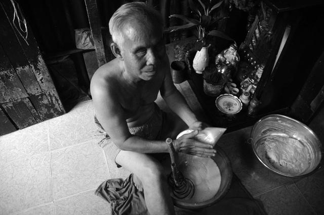 Theo ông Quang, trừ chi phí nguyên vật liệu thì mỗi ngày ông bán lời được khoảng 100.000 đồng, vừa đủ để trang trải cuộc sống hàng ngày.
