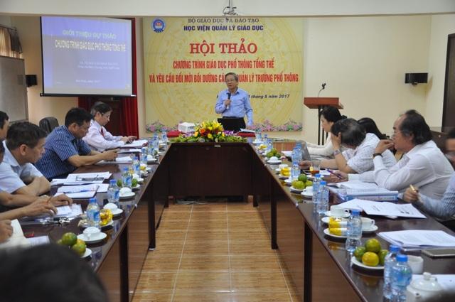 GS Nguyễn Minh Thuyết - Tổng chủ biên chương trình giáo dục phổ thông mới chia sẻ về dự thảo chương trình giáo dục phổ thông tổng thể tại hội thảo.