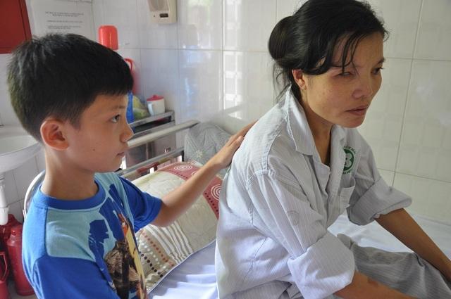 Bố đi làm phụ hồ tận trong Đồng Nai chưa ra được nên đi chăm mẹ trên viện chỉ có cậu bé Mạnh 12 tuổi.