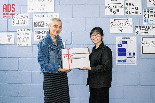 Hình ảnh nhận học bổng của sinh viên ngành Thiết Kế Đồ Họa khóa 8 - Nhập học tháng 4.2017