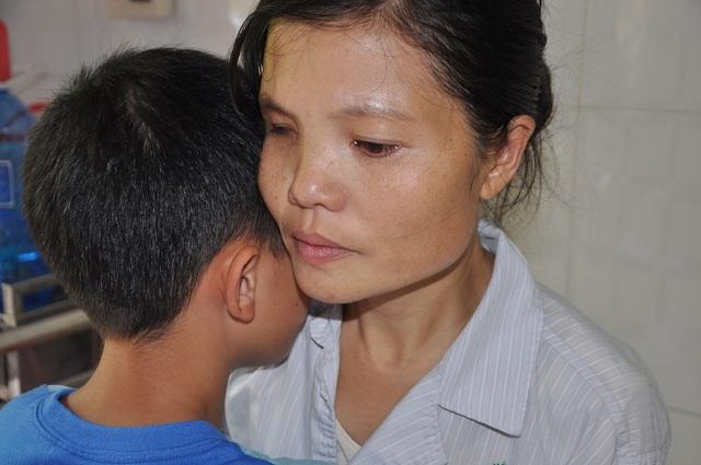 Sợ mẹ chết, cậu bé Mạnh cầu xin mọi người giúp đỡ cho mẹ có tiền mổ.