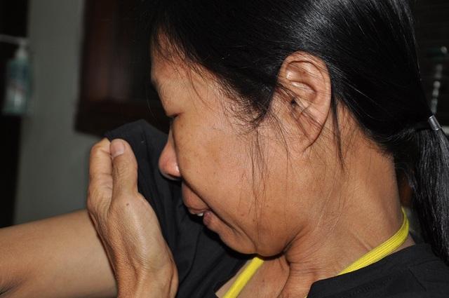 Chị Thấm xót xa kể lại câu chuyện bất hạnh của hai mẹ con.