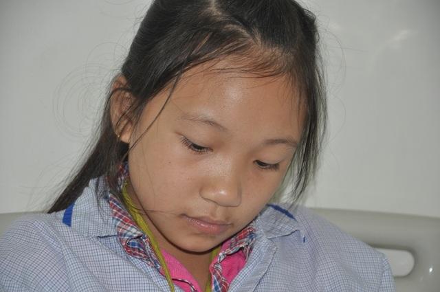 Còn cô bé Ngọc Mai thì ngóng bố vay tiền mang xuống viện để em mua sữa cho mẹ uống.