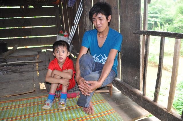 Con trai Lò Văn Sơn không có hậu môn đã được phẫu thuật nhưng nay em thường xuyên bị chảy ộc máu cam ra.