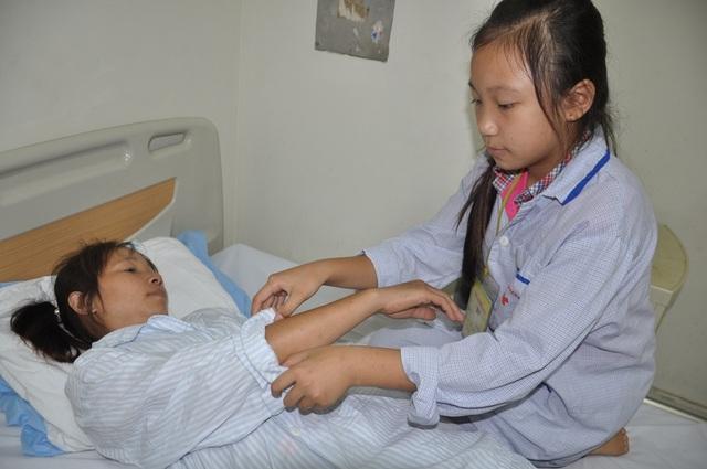 Thương mẹ, bé Ngọc Mai luôn nói rằng mình khỏe cho dù kết quả khám bệnh của em không ổn.