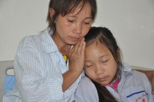 Chị Như cầu xin mọi người cứu mạng sống con gái.