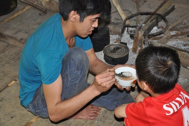 Hàng ngày cậu bé Sơn ăn cơm chan với thứ nước thuốc màu đo đỏ.