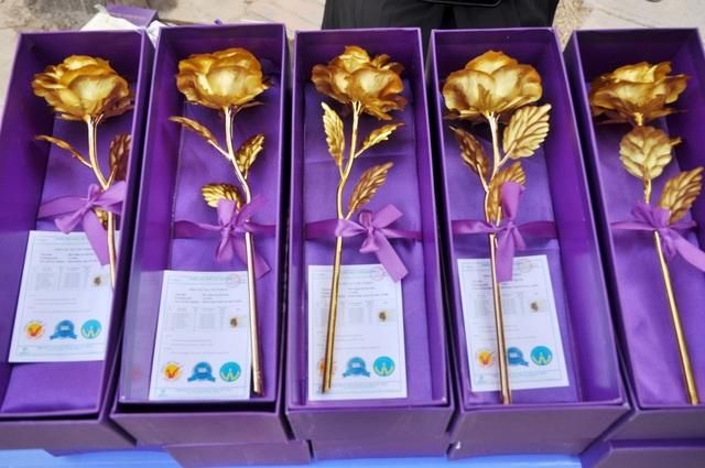 Tại đường Hồ Tùng Mậu (Cầu Giấy, Hà Nội) chỉ chưa đầy 500m nhưng có khoảng chục điểm bán hoa hồng mạ vàng. Các bông hoa được đựng trong các hộp giấy tím khá sang trọng.