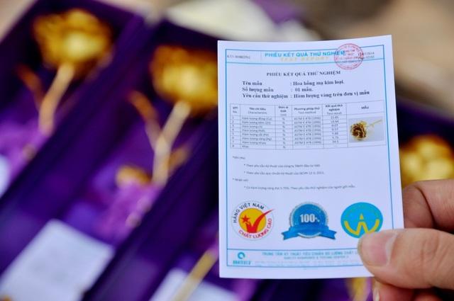 """Trong mỗi hộp hoa hồng mạ vàng, người bán in kèm một tờ giấy chứng nhận tiêu chuẩn chất lượng bằng tiếng Việt. Với giá bán được coi là """"siêu rẻ"""" hàm lượng vàng trong mỗi bông hồng gần như chỉ mang tính chất tượng trưng."""