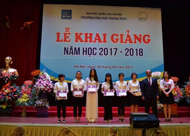 Đại sứ Qatar tại Việt Nam Mohammed Ismail Al-Emadi (thứ hai từ phải sang) trao quà cho các sinh viên (Ảnh: Đại sứ quán Qatar)