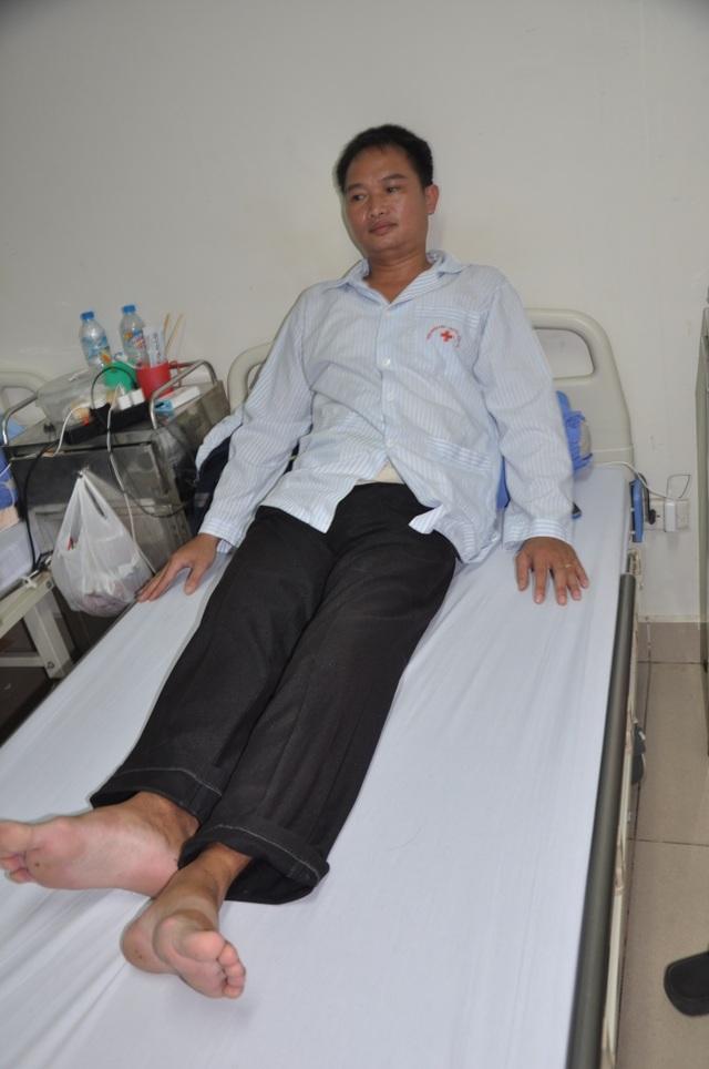 Hiện chân của thầy bên dài, bên ngắn và có nguy cơ liệt vĩnh viễn nếu như không được phẫu thuật.